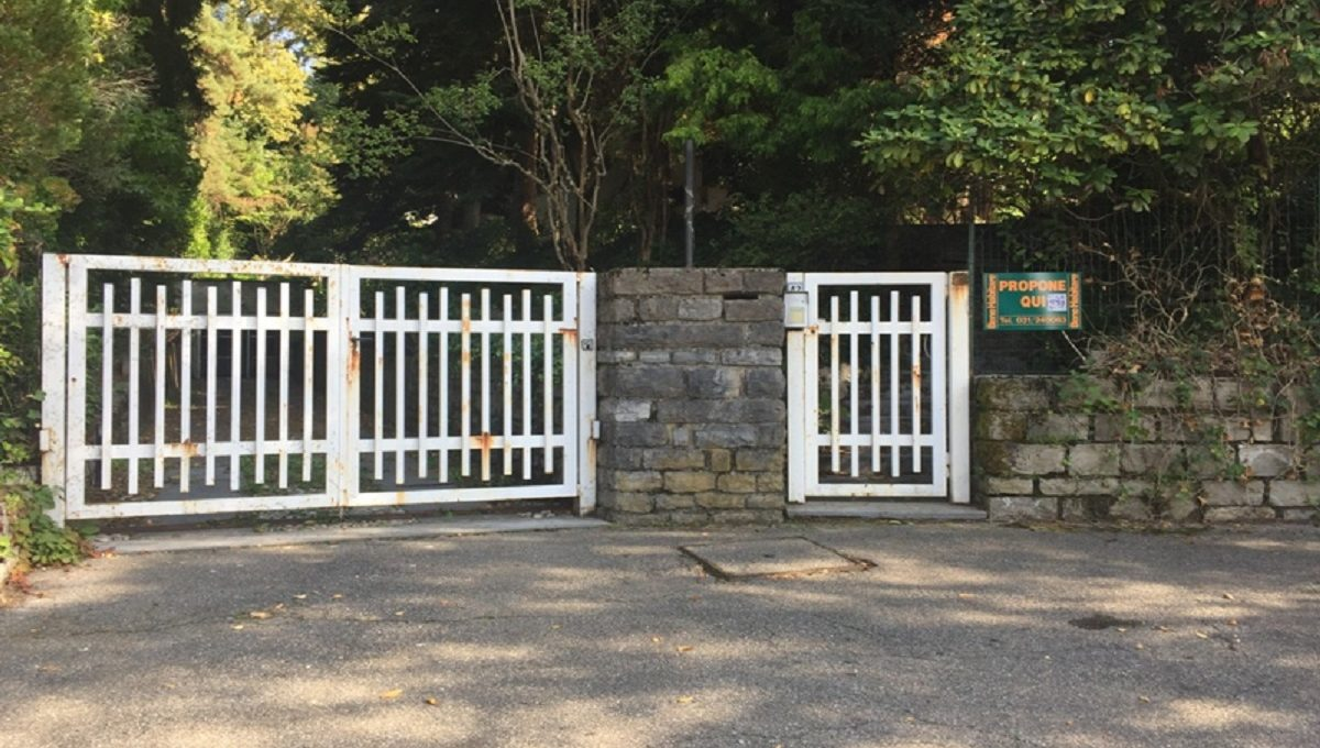 Villa in Carimate via Ronco 42  gate