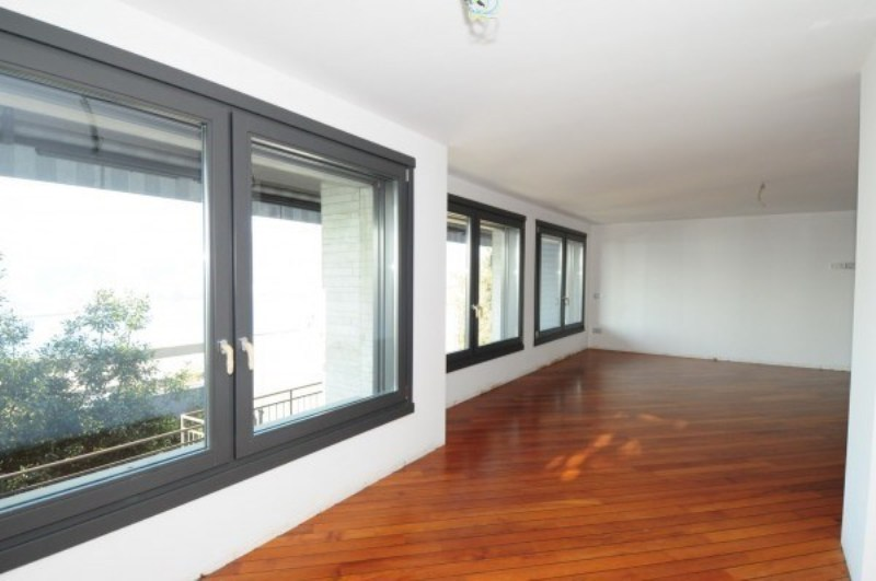 Wooden floor and ample windows