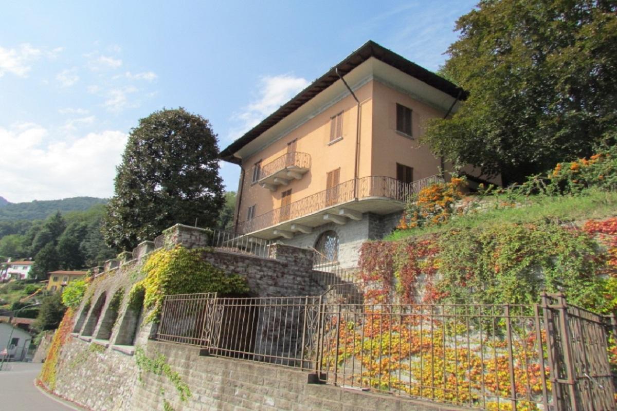 Cernobbio large villa overlooking the lake