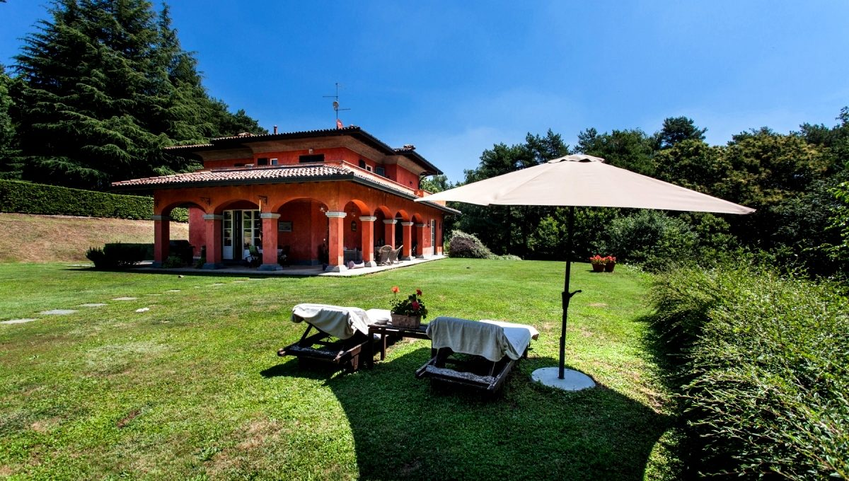 Villa Oltrona San Mamette for sale