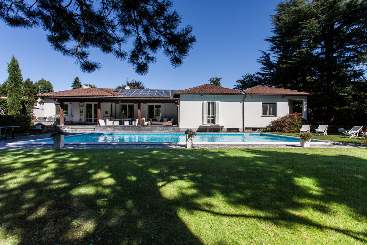 Carimate villa with swimming pool