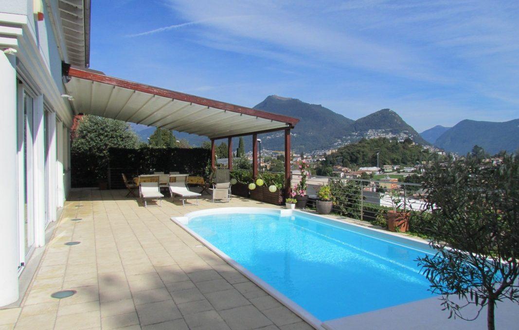 terrazzo con piscina coperta e riscaldata