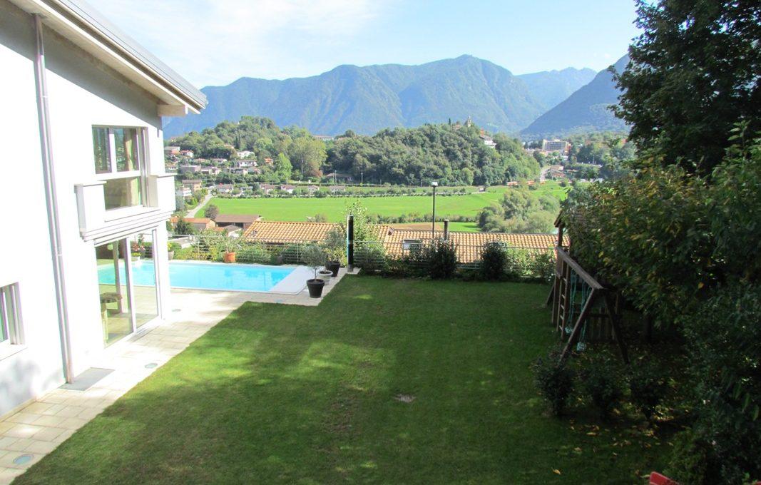 villa con giardino e kindergarten