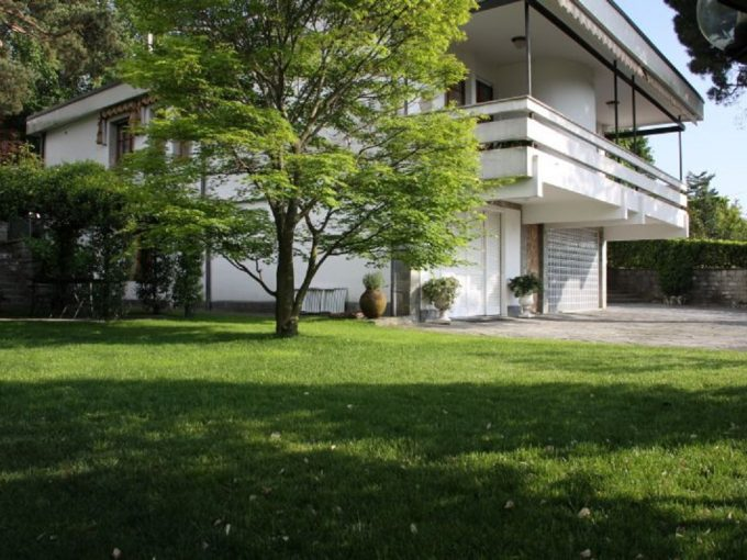 Elegant villa for sale in Lipomo