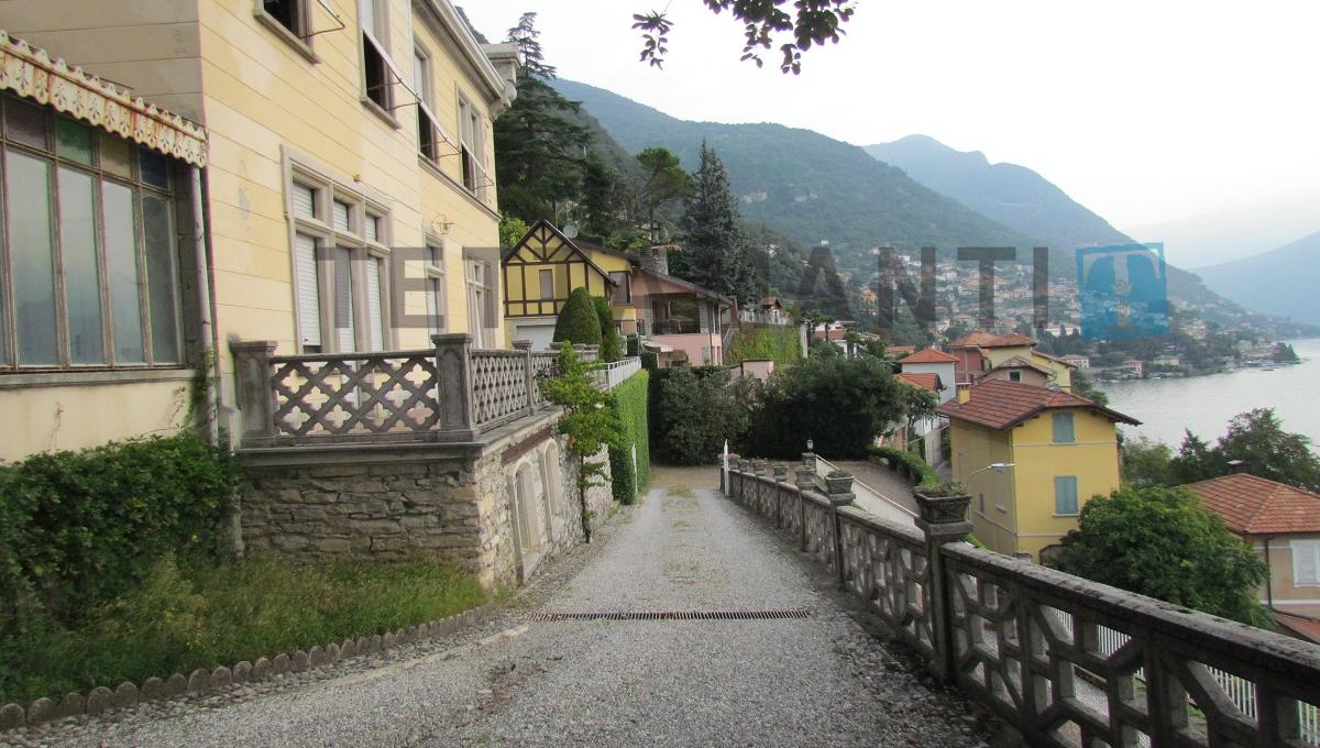 access to the villa for sale in moltrasio